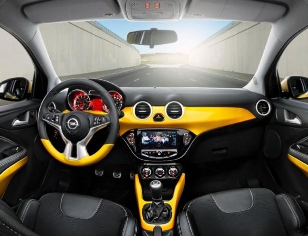 O interior mantém o estilo externo e é sofisticado. As três versões apresentadas são equipadas com câmbio manual de cinco marchas
