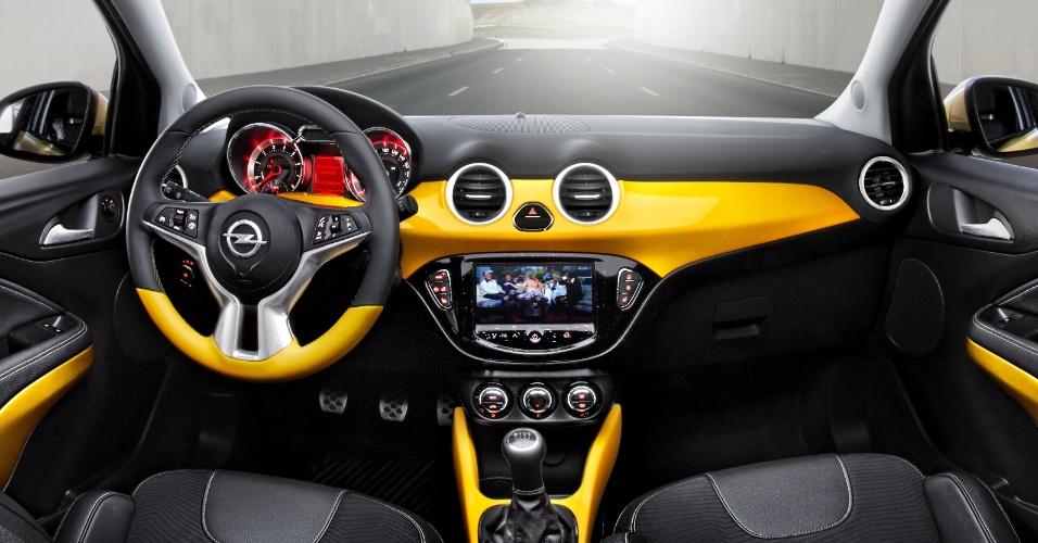 O interior segue a linha do estilo externo e é sofisticado. As três versões apresentadas são equipadas com câmbio manual de cinco marchas