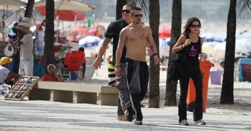 Sem camisa, Colin Farrell circulou pela orla da praia de Ipanema, zona sul do Rio (11/7/12)