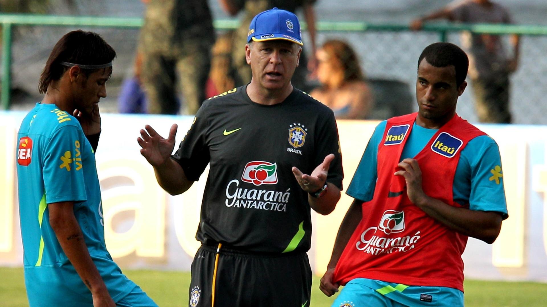 Técnico Mano Menezes conversa com Neymar e Lucar no treino da seleção olímpica