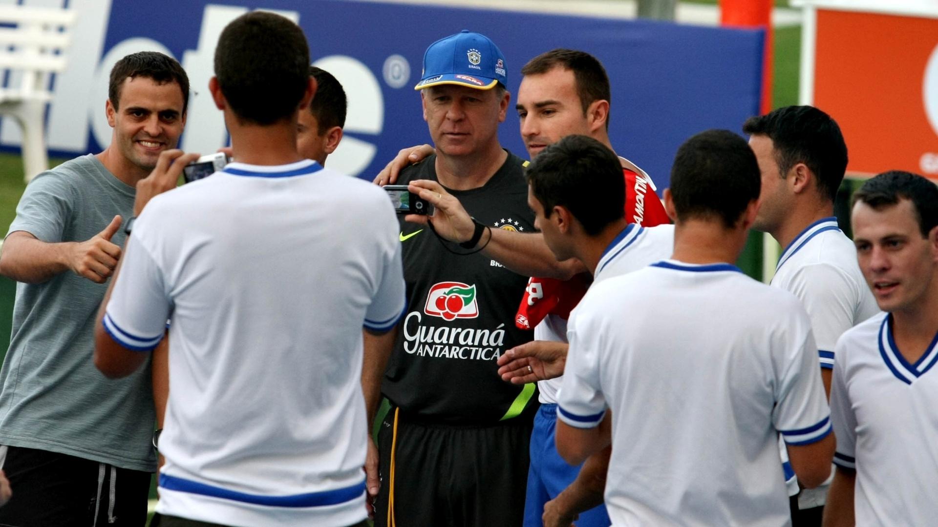 Técnico Mano Menezes tira foto com oficiais do exército brasileiro após treino da seleção no Rio de Janeiro