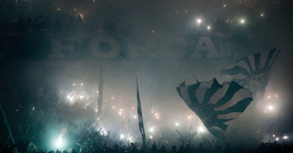 Torcedores do Coritiba fazem bela festa no Couto Pereira durante a decisão da Copa do Brasil contra o Palmeiras