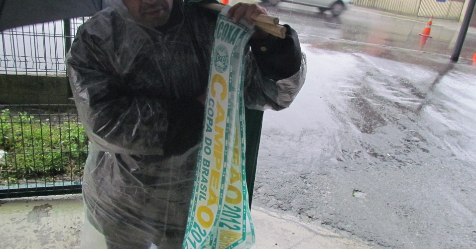 Vendedor tenta atrair torcedores do Coritiba com faixas de campeão da Copa do Brasil