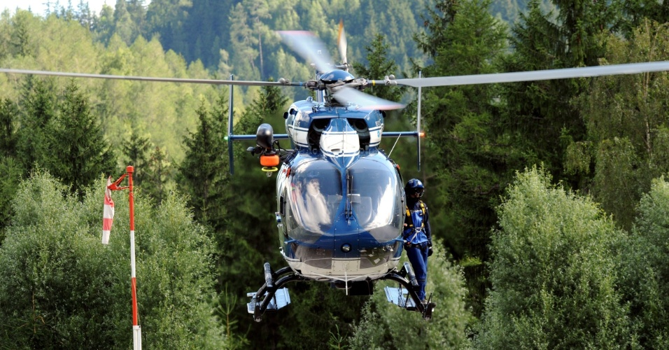 12.jul.2012 - Equipe de resgate chega de helic&#243;ptero em Chamonix, nos alpes franceses, onde uma avalanche deixou ao menos seis pessoas mortas e oito feridas nesta quinta-feira (12), no monte Maudit. Autoridades locais apontam a avalanche como a pior dos &#250;ltimos anos
