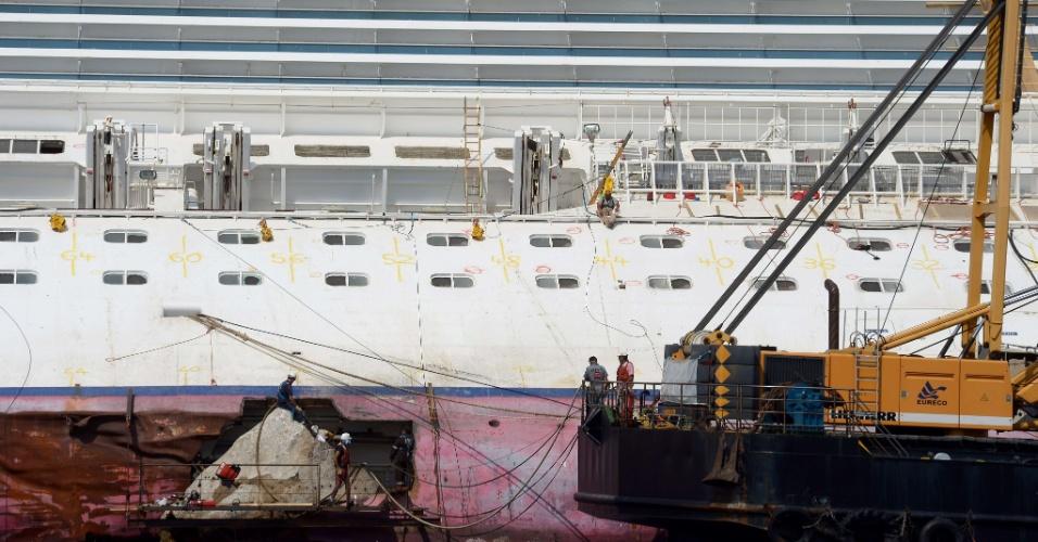 12.jul.2012 - Equipe trabalha na remoção do navio de cruzeiro Costa Concórdia na quinta-feira (12), próximo à ilha de Giglio, na costa da Itália