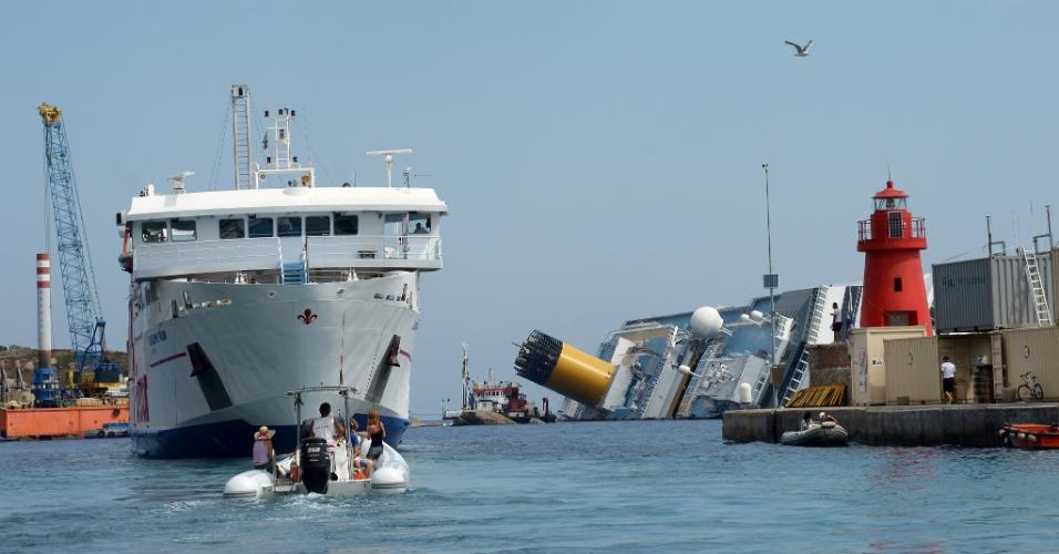 12.jul.2012 - Equipe trabalham na remoção do navio de cruzeiro Costa Concórdia na quinta-feira (12), próximo à ilha de Giglio, na costa da Itália