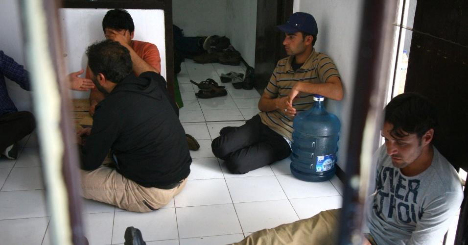 12.jul.2012 - Fotografia mostra grupo de imigrantes ilegais em Malang, na Indon&#233;sia. Os 26 suspeitos vieram do Afeganist&#227;o ou do Paquist&#227;o e foram detidos pela pol&#237;cia enquanto viajavam para o litoral do pa&#237;s