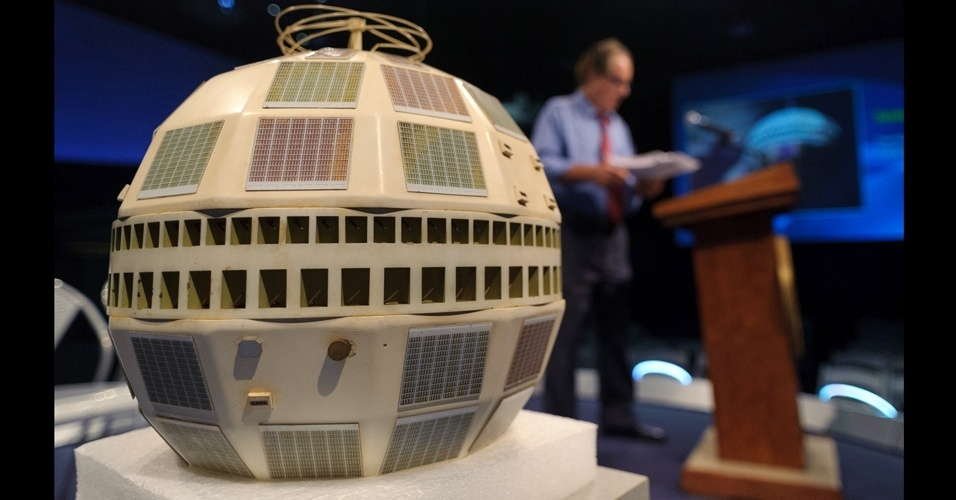 12.jul.2012 - H&#225; 50 anos, o sat&#233;lite americano Telstar transmitiu as primeiras imagens televisionadas ao vivo entre os Estados Unidos e a Fran&#231;a, inaugurando a era da comunica&#231;&#227;o global. Considerado o primeiro sat&#233;lite de telecomunica&#231;&#245;es, ele foi colocado numa &#243;rbita el&#237;ptica que variava de 950 km a 5.630 km do solo. De forma esf&#233;rica, com um di&#226;metro de 88 cent&#237;metros e 77 kg, o sat&#233;lite que dava a volta ao mundo em 02h30 s&#243; conseguia garantir a conex&#227;o durante os 20 minutos em que se encontrava sobre o Oceano Atl&#226;ntico. Na imagem, um modelo do sat&#233;lite durante evento que marca a primeira transmiss&#227;o de suas imagens