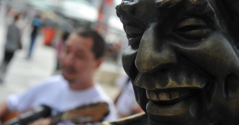 12.jul.2012 - Já no calçadão da praia de Copacabana, os manifestantes usaram a estátua do compositor Dorival Caymmi (1914-2008) para protestar e pedir que a presidente Dilma Rousseff entre na negociação com os professores e servidores em greve
