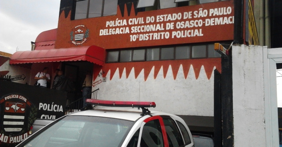 12.jul.2012 - O 10&#186; DP de Osasco, na Grande S&#227;o Paulo, investiga uma chacina que deixou oito mortos no in&#237;cio da madrugada desta quinta-feira (12), em tiroteios em diferentes pontos da cidade. Os policiais descartam rela&#231;&#227;o com as comemora&#231;&#245;es do t&#237;tulo do Palmeiras