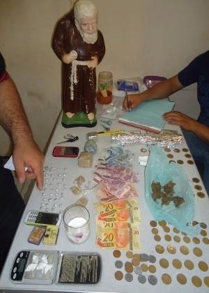 Foram apreendidas 700 gramas de maconha, 40 pedras de crack e cinco trouxas de cocaína