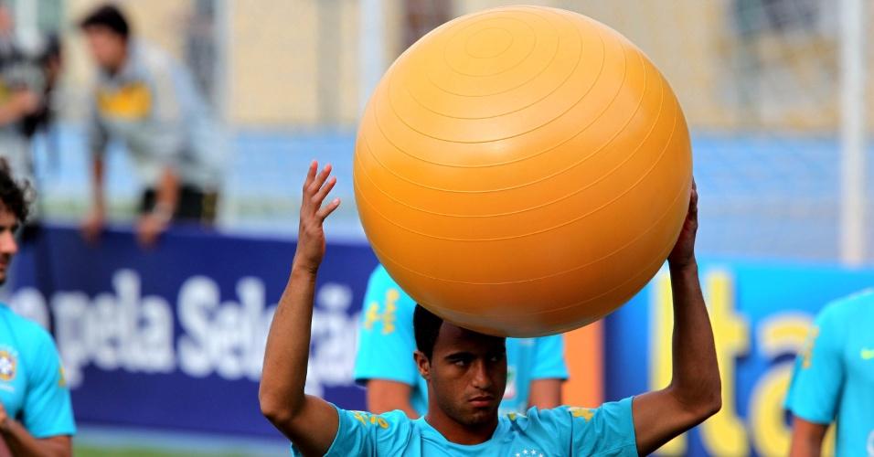 Atacante Lucas faz trabalho com bolão durante treino da seleção brasileira