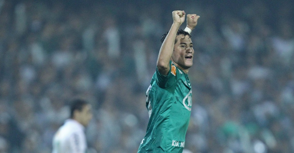 Betinho comemora após marcar o gol de empate do Palmeiras contra o Coritiba