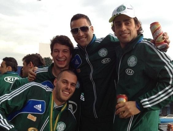 Daniel Carvalho comemorou em cima do trio com seus companheiros de equipe