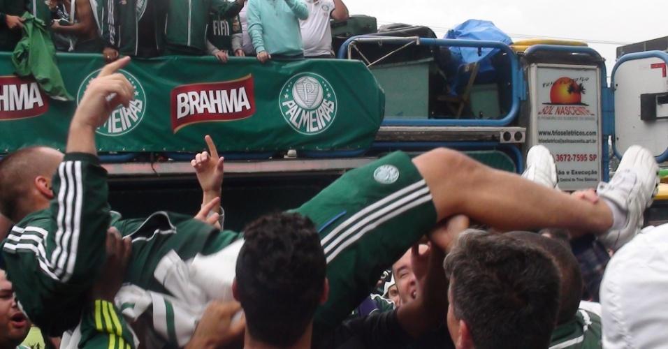 Revelado pelo Palmeiras, Deola foi carregado por torcedores
