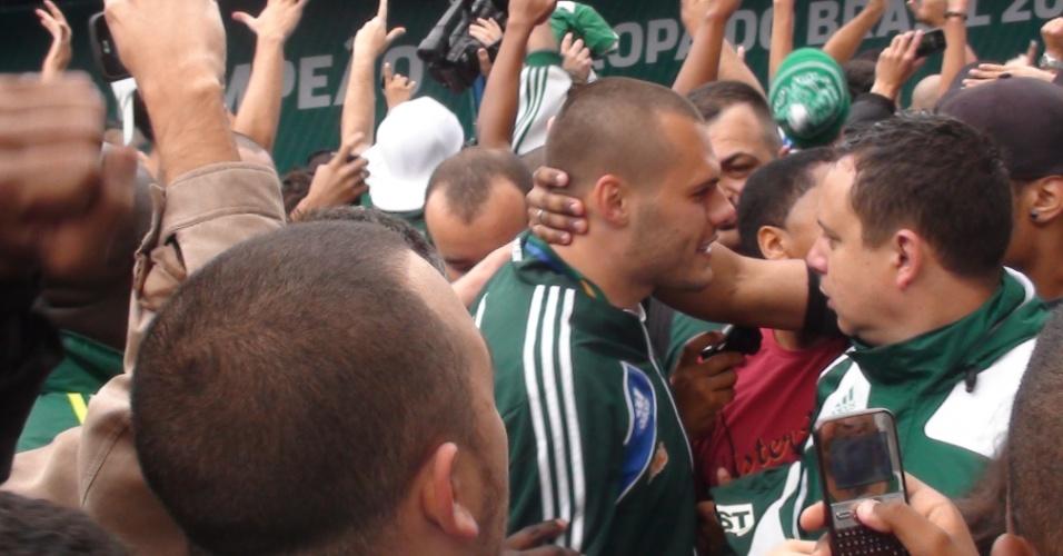 Goleiro Deola desceu do trio e atendeu os torcedores que aguardavam o Palmeiras na porta do CT