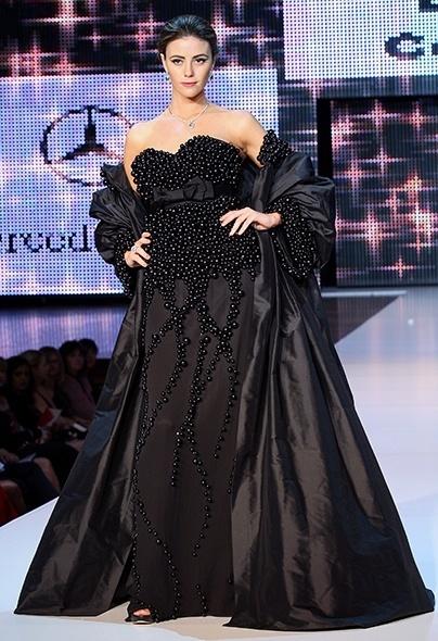 Imagem do desfile da Darb Bridal Couture, vestido com miçangas, durante a Mercedes-Benz Fashion Festival