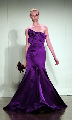 Imagem do vestido de noiva roxo assinado por Vera Wang