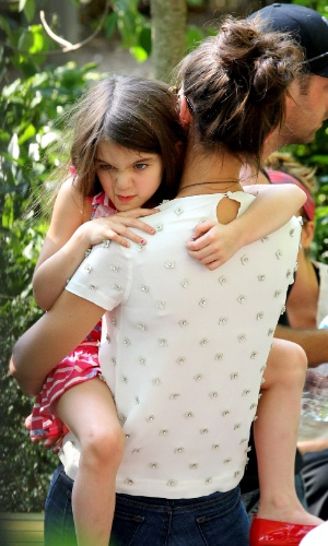 Irritada com o ass&#233;dio dos paparazzi, Suri Cruise fez careta (12/7/12)