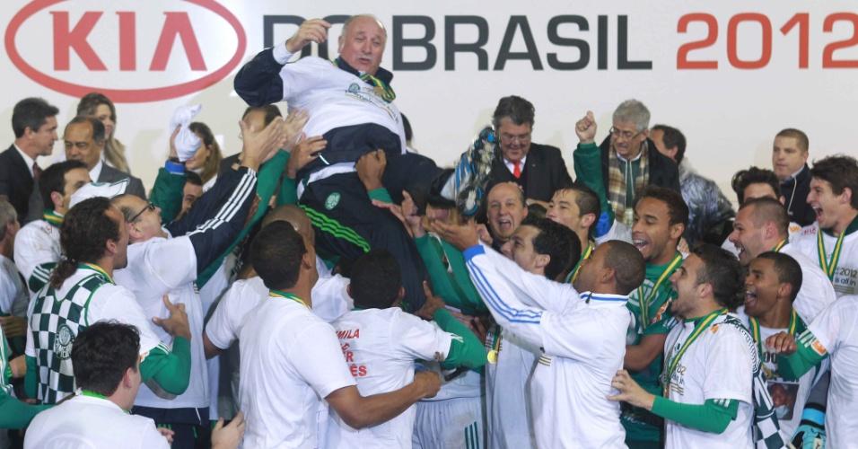 Jogadores do Palmeiras fazem festa no pódio montado para a cerimônia de entrega da taça da Copa do Brasil