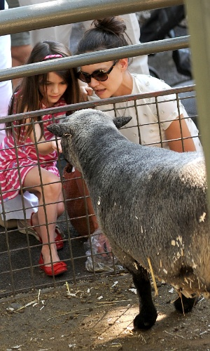 Katie Holmes e a filha Suri Cruise alimentam animais no Central Park Zoo em Nova York (11/7/12)