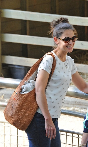 Katie Holmes se diverte ao lado da filha Suri Cruise em zool&#243;gico (12/7/12)
