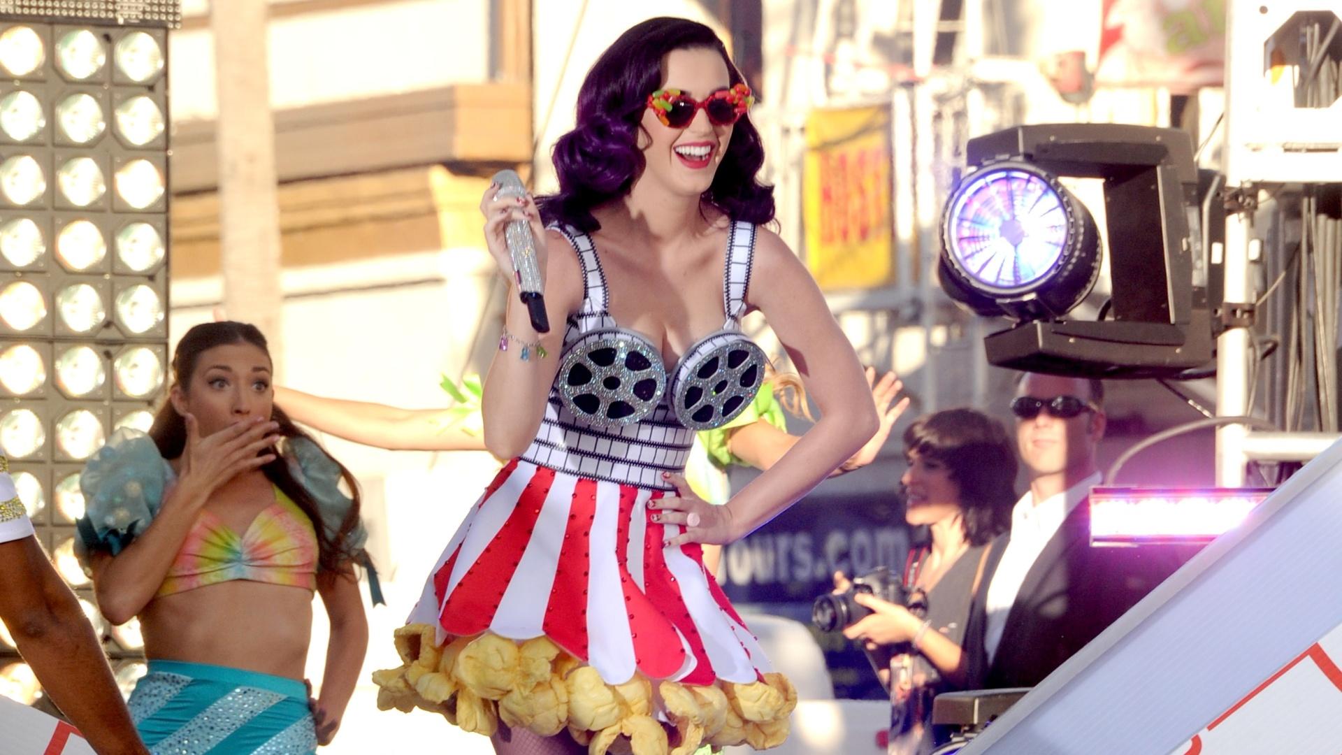 Katy Perry se apresenta antes da première de seu filme