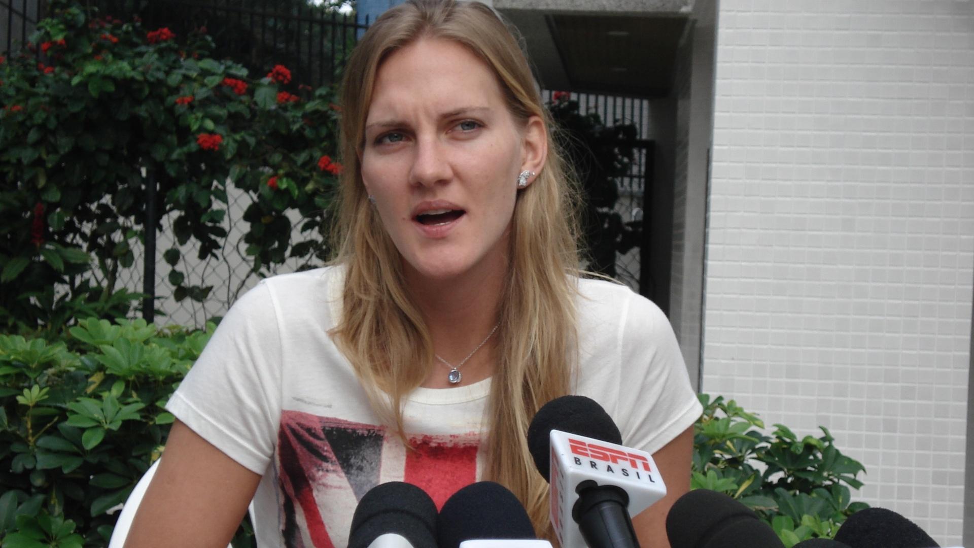 Mari concede entrevista coletiva dois dias após ser cortada da seleção brasileira de vôlei que irá aos Jogos de Londres (12/07/2012)