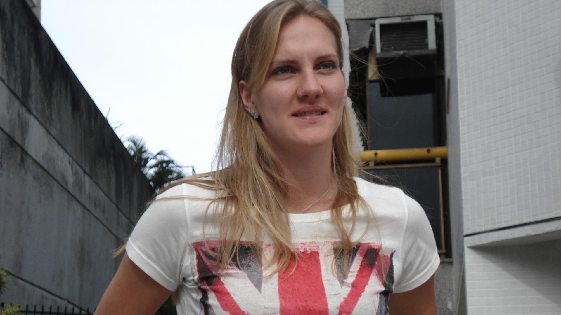 Mari usa camiseta com bandeira da Grã-Bretanha em entrevista para falar do corte da Olimpíada de Londres (12/07/2012)