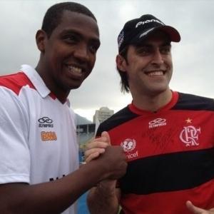 Renato Abreu, do Flamengo, posa para foto com o piloto Átila Abreu
