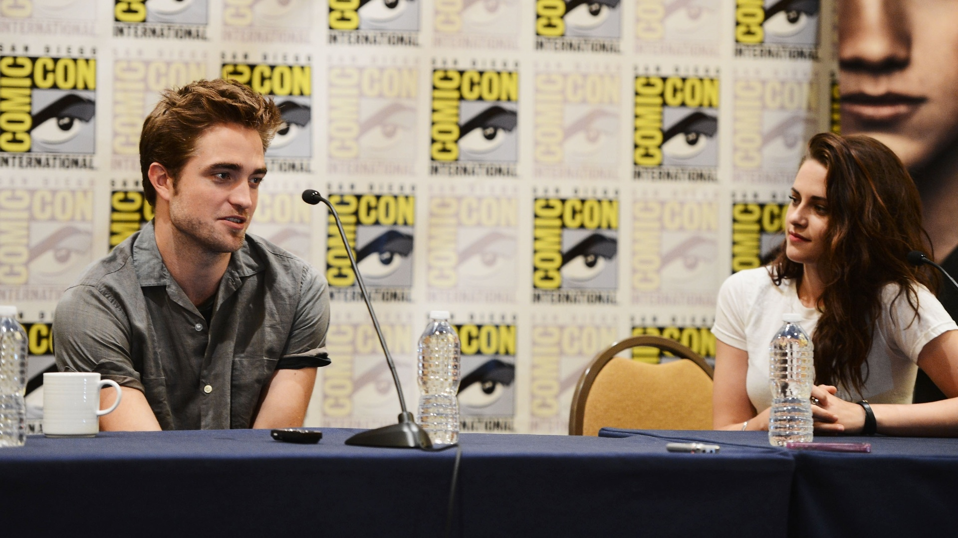 Robert Pattinson e Kristen Stewart no pianel de