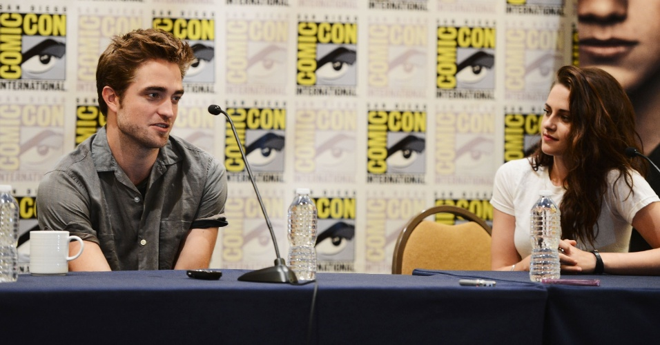 Robert Pattinson e Kristen Stewart no pianel de