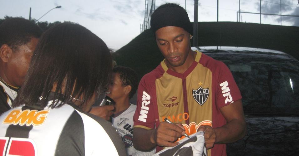 Ronaldinho Gaúcho dá autógrafos a torcedores após o treino do Atlético-MG (12/7/2012)