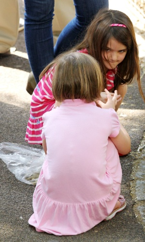 Suri brinca com uma amiguinha no Central Park Zoo em Nova York (12/7/12)