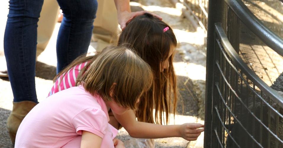 Suri brinca com uma amiguinha no Central Park Zoo em Nova York (12/7/12)