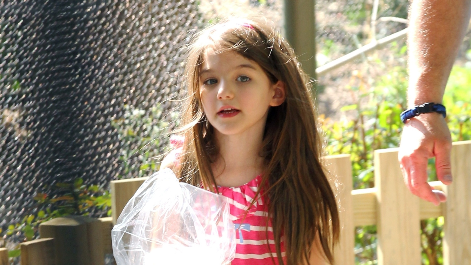 Suri Cruise se diverte no Central Park Zoo em Nova York (12/7/12)