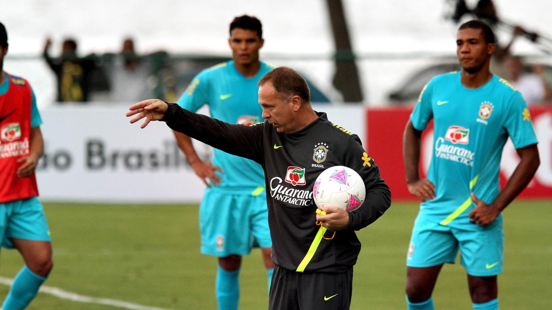 Técnico Mano Menezes orienta jogadores durante treino sa seleção no Rio de Janeiro