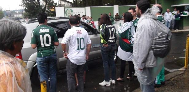 http://imguol.com/2012/07/12/torcedores-do-palmeiras-cercam-carro-da-rede-globo-1342102959149_615x300.jpg