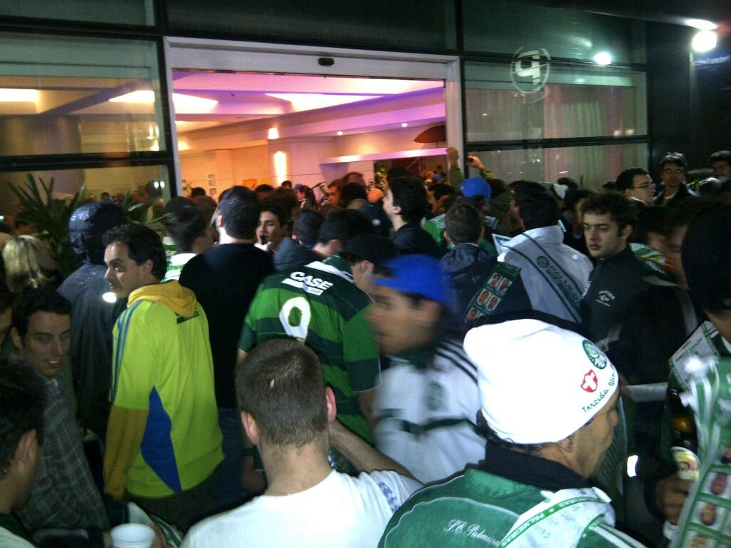 Torcedores do Palmeiras comemoram em frente ao hotel no qual a equipe se hospedou em Curitiba