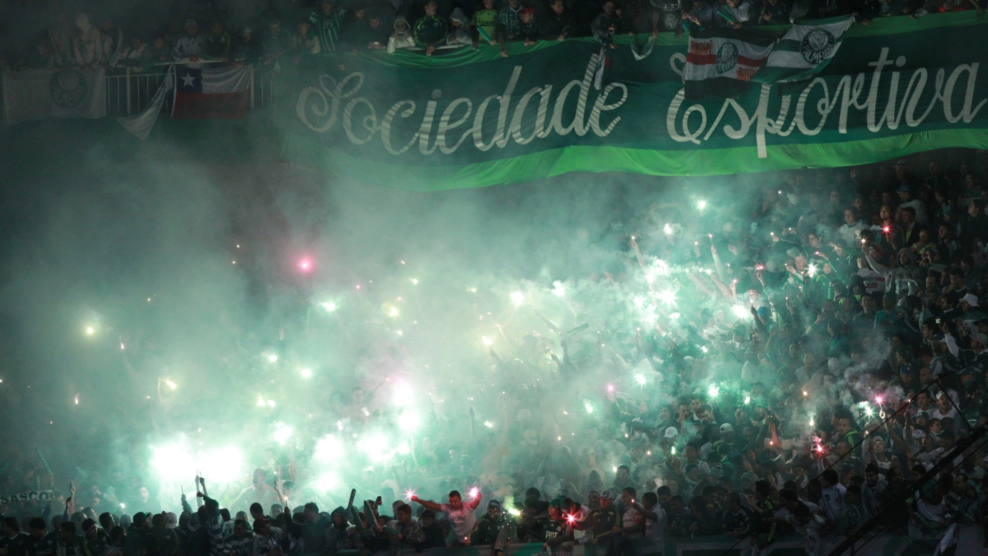 Torcida do Palmeiras faz festa nas arquibancadas do Couto Pereira