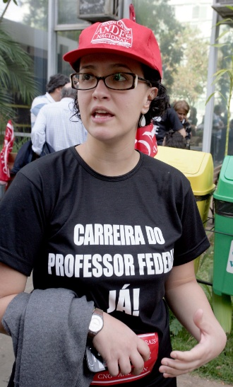13.jul.2012 - A professora de hist&#243;ria Tereza Spyer, 31, que d&#225; aula na Unila (Universidade Federal da Integra&#231;&#227;o Latino-Americana), veio h&#225; dez dias de Foz do Igua&#231;u para Bras&#237;lia para participar do movimento de greve. &#34;Os problemas est&#227;o principalmente nas unidades que fizeram parte do programa de expans&#227;o do governo. Faltam laborat&#243;rios e infraestrutura adequada para dar aula. L&#225; em Foz do Igua&#231;u, por exemplo, n&#227;o h&#225; sede pr&#243;pria ainda e 40% das obras est&#227;o atrasadas&#34;