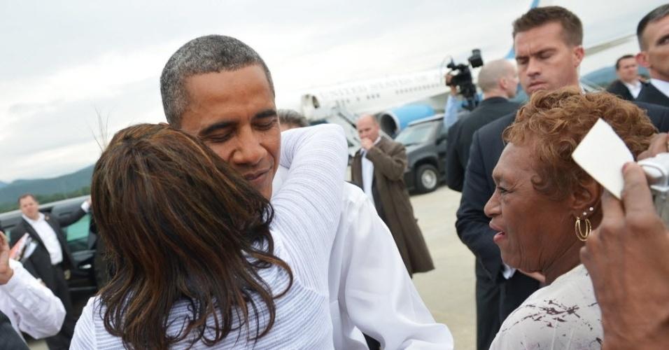 13.jul.2012 - Presidente dos Estados Unidos,  Barack Obama, abraça eleitora durante sua chegada em aeroporto de Roanoke, na Virgina (EUA)