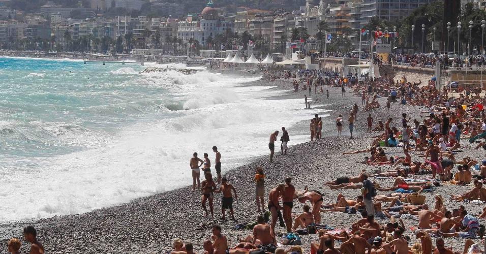 13.jul.2012 - Turistas aproveitam o sol nesta sexta-feira (13) em praia de Nice, na França, onde é proibido nadar
