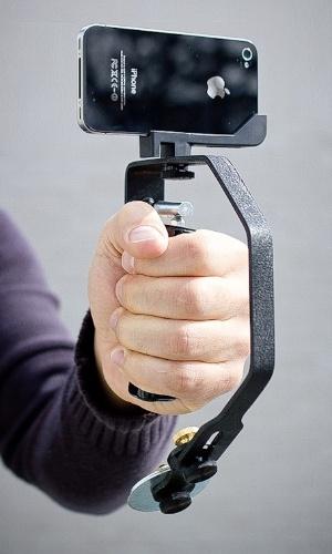14.7.2012 - Esse gadget é para quem quer filmar usando um iPhone, mas quer resultados ''profissionais'': o Picosteady é um estabilizador para a câmera do smartphone da Apple. Com o gadget, você evita que as imagens saiam tremidas, dizem os criadores. Ainda é um protótipo, mas o projeto está perto de atingir a meta de financiamento no Kickstarter. Da Supraflux, US$ 139