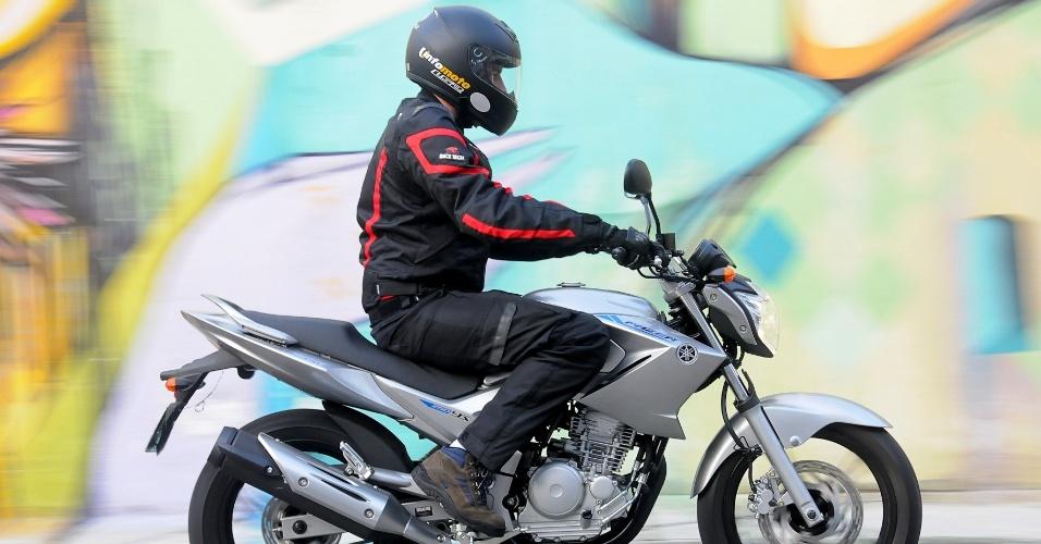 A posição de pilotagem da motocicleta da Yamaha deixa a coluna do piloto ereta, ideal para rodar na cidade ou em longas viagens