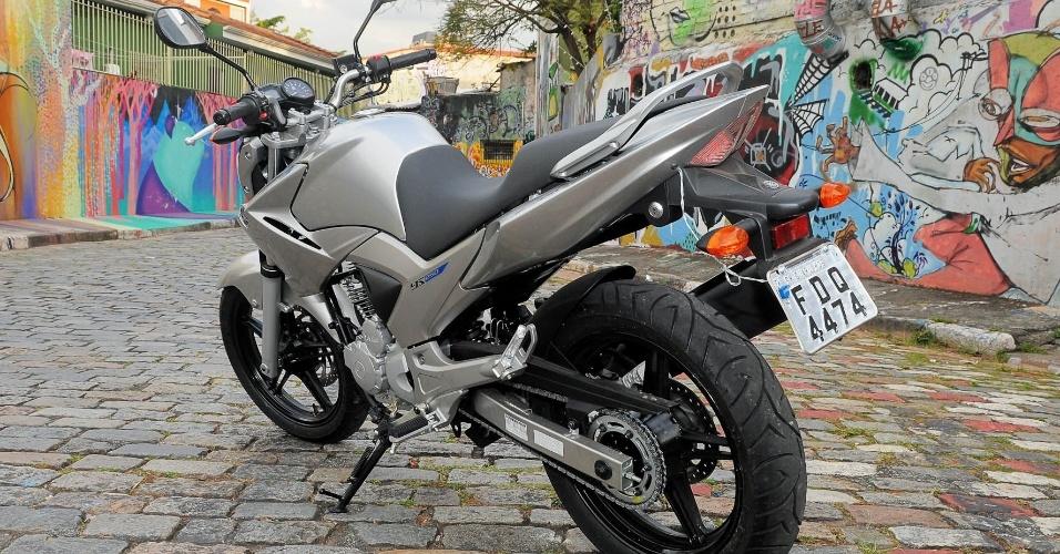 A traseira da Yamaha Fazer 250 2013 permanece igual, assim como todo conjunto lateral e dianteiro, rodas, motor e câmbio