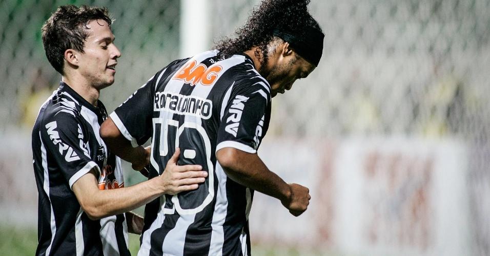 Bernard e Ronaldinho Gaúcho têm relação de pupilo e mestre no Atlético-MG