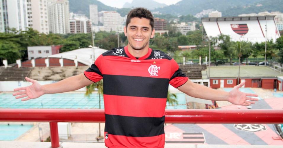 """Bruno Gissoni, o Iran de """"Avenida Brasil"""", esteve hoje na sede do clube do Flamengo, na Gávea, zona sul do Rio (13/7/12)"""