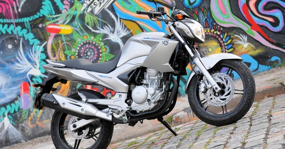 Em função de seu porte, com carenagem bem desenhada e desenho agressivo, a moto parece pertencer a uma categoria superior