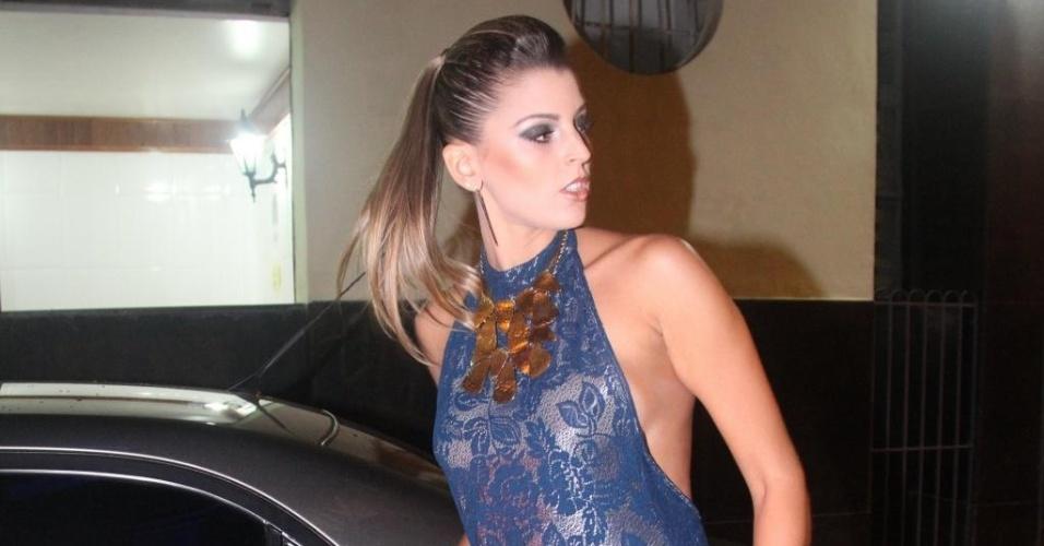 Estrela da noite, Mari apareceu com um vestido azul super curto e frente única, cabelos presos e uma gargantilha (12/07/2012)
